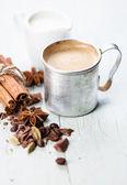 Kawa w aluminiowy kubek z przyprawami — Zdjęcie stockowe