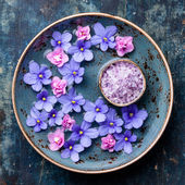 Flowers in blue bowl with sea salt for SPA — Stock Photo