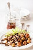 Gebraden baby aardappelen met paddestoelen — Stockfoto