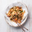 Thai rice noodles with shrimp — Stock Photo