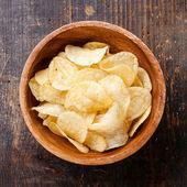 Papas fritas crujientes en el fondo de madera — Foto de Stock
