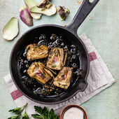 Pan with cooked artichokes — Stock fotografie
