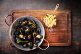 Mussels in copper cooking dish — Stock Photo
