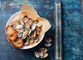 Shells vongole with parsley — Stock Photo