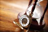 Reloj de arena y reloj de bolsillo de oro — Foto de Stock