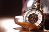 золотые карманные часы и песочные часы — Стоковое фото