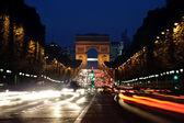 Arc de triomphe en de champs-elysées avenue nachts — Stockfoto