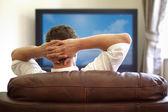 Tittar på tv — Stockfoto