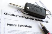 Attestation d'assurance automobile avec clé de voiture — Photo
