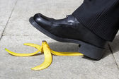 Falling on a banana skin — Stockfoto