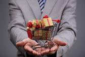 Carrello con scatola regalo — Foto Stock