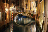 Venice bridge and canal at night — Stock Photo