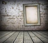 Stary zarząd na mur z cegły — Zdjęcie stockowe