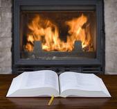 старые книги и камином — Стоковое фото
