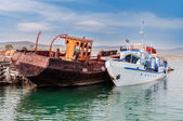 Rusty ship  and white ship  — Stock Photo