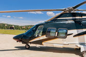 Elicottero su un aerodromo — Foto Stock