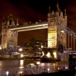 el tower bridge en Londres iluminada por la noche — Foto de Stock