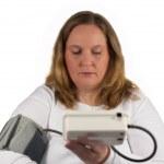 kvinnan har högt blodtryck — Stock fotografie