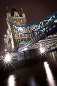 тауэрский мост в лондоне, освещенной ночью — Стоковое фото