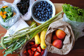 Shopping at the farmers market — Stock Photo