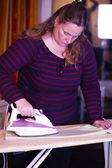 女性と鉄の板 — ストック写真