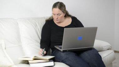 Kobieta studia z domu — Wideo stockowe