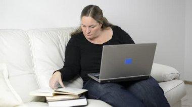 Mujer estudiando desde casa — Vídeo de stock