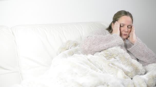 Donna ha un raffreddore e mal di testa — Vídeo de stock