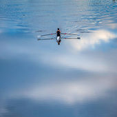 Rowers lonely on a river — Foto de Stock