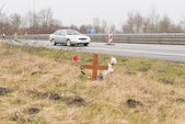 Cross at the accident site — Stock Photo