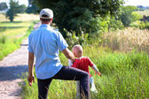 Ojciec i syn na drodze wieś — Zdjęcie stockowe
