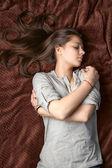 Porträtt av en sovande tjej — Stockfoto