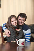 любящий мужчина с женщиной обниматься — Стоковое фото