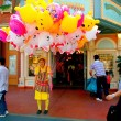 Tokyo Disneyland dynasty era Victorian-style street in the world market selling balloons girl — Foto de Stock