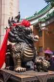 Kowloon, Hong Kong Wong Tai Sin Temple town house unicorn beast — Stockfoto