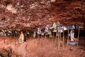 지지 아래 tianshui maiji 산 절벽 틈새 — Stockfoto