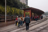 Leshan City, Sichuan Qianwei Kayo Kayo Small Mine State Park on the train station to prepare the crowd — Foto de Stock