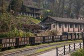 La ciudad de leshan, kayo de sichuan qianwei pequeño tren legado arquitectónico estación huangcun pozos de la revolución cultural — Foto de Stock