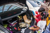 Gentle bargaining between the owners and customers of car culture adds a rich color — 图库照片