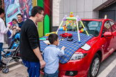 Gentle bargaining between the owners and customers of car culture adds a rich color — ストック写真