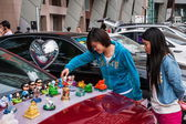 Gentle bargaining between the owners and customers of car culture adds a rich color — Stockfoto