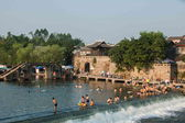 Chongqing citizens take advantage of the weekend in the summer to enjoy a cool summer in the Seto River Road Hole River Rongchang pleasant town next — Stock Photo