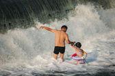 重庆市民利用周末,在夏天下, 一步在濑户河路洞河荣昌愉快城里享受一个清凉的夏天 — 图库照片