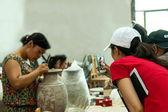 "Artigiani un museo di chongqing rongchang ceramica studio ceramiche stanno producendo ""rongchang tao"" — Foto Stock"