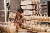 Chongqing Shi Guohua Ceramics Co., Ltd. is producing pottery workers — Stock Photo