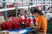 Chongqing Shi Guohua Ceramics Co., Ltd. is producing pottery workers — Stock Photo
