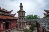Após anyue county, província de sichuan no buraco pavão dinastia qing no topo de um templo construído em pedestal tang dynasty estilo elevado pelo pináculo de cabeça danyan — Fotografia Stock