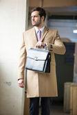 Homem de negócios sério e elegante ir embora — Fotografia Stock