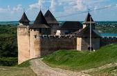 Una antigua fortaleza cerca del río — Foto de Stock