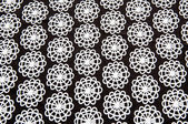 Tissu noir avec du blanc autour de figures abstraites — Photo